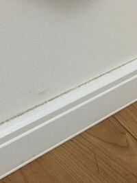 壁紙クロスと継ぎ目の汚れの掃除の方法について。新築から2年が経ち、気がつくといたるところに汚れが…特に気になりますのが壁紙クロスと継ぎ目の箇所の汚れ…雑巾では埃は落ちるもののへばりついた汚れが落ちません 。何かいい方法はございませんでしょうか?