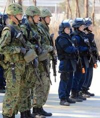 自衛隊と機動隊どちらの方がかっこいいですか?