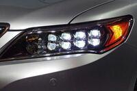 自動車の保安基準について質問です。 現行のホンダのレジェンドなんですが、目尻のオレンジ部分がスモールONでオレンジ色に点灯します。 説明書にはフロントサイドマーカーライトあります。 ウィンカーはバンパーとミラーに別にありウィンカーを点けても点灯しっぱなしです。 また、車幅灯もバンパーに別にありそちらは白く光っています。 スモールOFFで消灯するためデイライト扱いでもなさそうです。  このサイ...