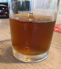 ストローを飲み物に刺した時に、 少しストローの中の飲み物が、コップの水面よりも上がるのは何故ですか?