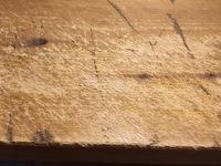SPF無垢材の補修。  作業用マットを使わずに直接机の上でカッター工作をしていましたが、机が傷ついて木くずがたくさんでてきました。どのように補修すれば綺麗になりますか。 ヤスリとオイルステイン・ワック...