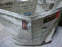 部屋の新聞紙ゴミ箱です。 番組欄(新聞紙の半分の大きさ)を横にしたサイズです。 可燃ゴミの前夜にこれをドラッグストアでもらうような透明の大きめの袋に 上を閉じて丸めて入れてゴミ袋に入れてますが 貧乏くさいですかね? 親からは妙な顔をされて色気がないと言われたした。