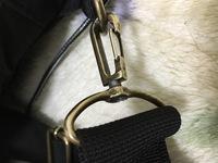ショルダーバッグの金具部分が、 写真のようにスルスルと抜けて困っております。 何か良い解決法はありませんでしょうか。