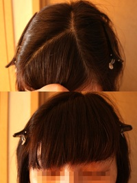 髪の毛の分け目について質問です。  私は分け目がきっちりしてないと、気持ち悪いです。  髪型はショートボブなんですが、いわゆるおかっぱではありません。 一番似てるのは、本田翼や篠田麻里子みたいな髪型です。 前髪は癖があるので、内側に巻くような形でパーマをかけています。  で、美容院で前髪だけカットしてもらう時は、きっちり分け目を作って行きます。 その時はうまく行くのですが、全...