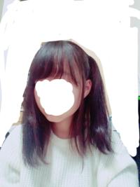 今日、写真のような髪型で学校に行きました。 クラスで仲良くしてもらってる子には 「何その結び途中みたいな髪型」 「片方だけ…?」 みたいな事を言われました。  私はハイキューの谷地仁花というキャラが最近好きでそのキャラの真似をしたかったんです。  今しかこの髪型出来ないと思いますし、他人の目より自分がしたい髪型をしたいと思っています。  ですが、仲の良い子に言われたので「変なのかな?」と思い...