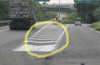 高速道路のゼブラゾーンで、止まってもいいんですか? 添付写真の丸で囲ったあたりで、時々、右にいくべきか左に行くべきかで迷っているのか、ハザードランプを付けて停まっている車を見ます。一般道のゼブラゾーンは分かるのですが、高速道路のゼブラゾーンは止まる為にあるのですか?  停まっていて後ろから追突された場合、負担割合はどうなるのでしょうか?