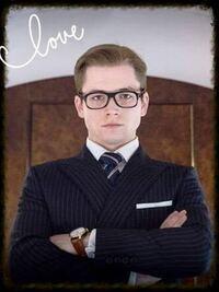 映画『キングスマン』のタロンエガートンがしてるような縁の大きい映える黒いメガネが欲しいです ✨ また、メガネ入れもちゃんとしたパカパカ開くやつが欲しいですね! 英国紳士風のかっこいい眼鏡が欲しいです! どの眼鏡店に売ってありますか? 知ってるメガネ店は ジンズ、ZOff、メガネの三城さんですね! 他にはどのような眼鏡屋さんがあるのでしょうか?