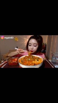 この韓国の方が食べている 透明の麺のようなものの名前はなんですか?