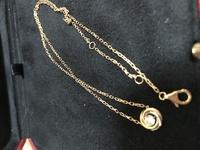 カルティエに詳しい方いましたら教えてください。こちらを以前貰いました。ダイヤの周りが3色になっています。名前はなんと言うネックレスですか???