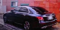 この乗用車は何でしょうか。トランクのエンブレムが薄っすらと見えますが?