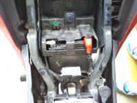バイクのバッテリーの充電方法について質問です。 現在CBR125に乗っており、4ヶ月ぶりに乗ろうとしたところエンジンがかかりませんでした。そこで、バッテリーを充電しようかと思ったんですか、どうしていいのかわかりません。とりあえずシートを外してバッテリーは発見しましたが、このあとは充電器をかってきて充電すればいいんですか?  この写真の状態のまま充電できるのでしょうか、それともこれからまだ取り...