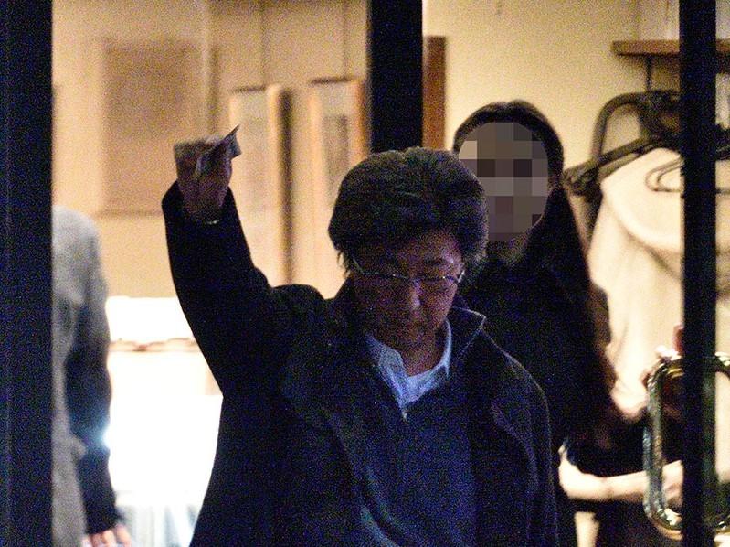 石井準一は参院女性職員との壮絶不倫が明るみとなりましたが、画像の通り・・このご時世に一万円札を振っ