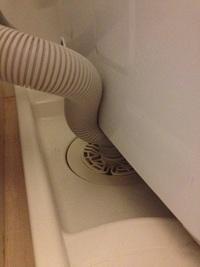 洗濯機の排水ホースの取り付けですが、どうがんばっても画像のようにしかなりません。 これでいいと思いますか? 設置アドバスいただけると助かります。  (これ以上洗濯機本体を右に寄せれません)