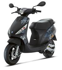 原付は日本のガラパコ。 などと言う人がいますが。 ですが欧州の二輪免許では50㏄以下の二輪免許てあるのでしょう。 欧州のバイクメーカーはモペットと呼ばれ50㏄以下のバイクを作っているのでしょう。 だったら日本の原付は日本のガラパコではないのでは。  と質問したら。 50㏄の最高速度は45km/h以下と決められている。 という回答がありそうですが。  日本は30km/hと決め...