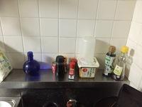キッチンの整理について  汚くてすみません このように、コンロの前に調味料を並べています。ごちゃごちゃしていて汚いのでこれを目隠しするとかケースに入れてしまいたいのですが、プラスチ ックだとコンロ前...