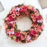 母の日に薔薇の花のリース(造花)を貰ったのですが、どこに飾ったらいいのでしょう? 玄関ドアは、日に焼けるので、避けたいと思います。  写真はイメージです。