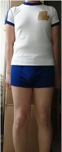 学校の体操服ですが弟が自分の中古を着させられています。 サイズ小さいですかね。 親は勿体無いから使えといってるみたいです。 皆さんからみてサイズ変ですか??