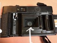 フィルムカメラのミラー?部分(写真を参照してください)を指で触ってしまいました。ファインダーからの景色がすごくぼやけてしまっています。質問なのですが、 ①写りに影響はありますか? ②自 分でなんとかクリーニングやこの部分の交換はできるでしょうか。 ③できない場合はカメラ屋に行けば対処できるのでしょうか。 機種はkonicaのC35ef いわゆるピッカリコニカです。どうかよろしくお願い...