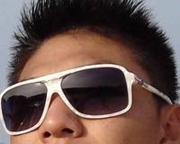 このサングラス どこのだかわかる方いますか?  またサングラスの形の名称だけでも 構いません。  コメント、よろしくお願いします。