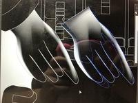イラストレーターの最新版のメッシュツールで光沢のある革製の手袋を作っています。 真ん中二つの指と人差し指も小指のように立体感出すために光沢を出したいのですが、どうしても下記の写真の右側ように変な風に...