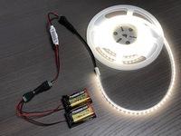乾電池でLEDテープを光らせたいです。 『エーモン』の単三×2本で光らせる『「LED用電源ボックス №1891」』は、すでに別で使用しています。 それとは別に、12VのLEDテープを四角い乾電池9Vを2個付けて光らせても...