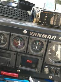 マリンエンジニア様にお尋ねします。 ヤンマーの6CHK-DTエンジンの船に乗ってる者です。 最近、1800回転で20分くらい航海すると機関油圧L.O.PRESSの警告灯が点いて警告音が鳴り出します。 油圧計を見ても2kgを指してます。 オイル量も異常ありません。 しかし、しばらく魚釣りをしながらアイドリングの状態にしてると警告灯は消え警告音も止みます。 でも、また航海を始めると警告灯が点き警...