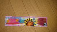 線香花火について 昨日、部屋を片付けていたら高校生の時(10~8年前)に買った未使用の線香花火が出てきました。 先日質問したサイリウムとは異なり、外装に使用期限の記載はありませんでした。  線香花火の状態は、上のピラピラ部分は変色がありますが、軸や火薬の部分は変色していません。  この線香花火はまだ使えますか?  使用できない場合は、ゴミとして処分予定ですが、未使用で火薬が入ったものでも普通...