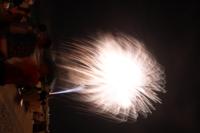 花火撮影について質問です 花火撮影は二度目の経験です。 一度目は2~3枚はまともなのが撮れましたが 今回は全く撮れませんでした。 写真のように白飛びしたり、暗かったりの写真ばかりでがっかりです。  原因はレリーズの押し加減が悪いのでしょうか?ただ押し加減が全くつかめません    またカメラも数枚撮るとbusyと表示されカメラの処理を待たないと行けないのは普通ですか?  Canon Bulbモ...