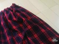 去年購入したひざ丈のフレアスカートです。 ネイビー&レッドのチェック柄 トップスの色合いですが… 何を合わせて良いのか わからなかったので 1度しか着用していません。  合う色を教えてくださいφ(..)