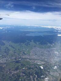 函館から羽田に向かう最中に上空から撮った写真ですが、どの辺りの上空でしょうか。 地図と照らし合わせて見ましたがいまいちわかりません。  また、高度は何メートルくらいでしょうか。