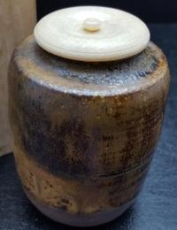 茶道具名称について  こちらは「茶入れ」でしょうか?  高さは8㎝ほど。 本体は陶器で蓋部分は象牙?動物の骨?のような感じ。  お手数ですがどうぞよろしくお願いいたします☆