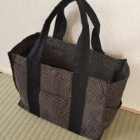 キルト生地を使い、シーチングなどの裏地をつけて、こんな形のバッグを作りたいのですが、接着芯とか使うと…うまくいきませんか?? 裁縫は好きですが、そこまで得意ではないので…  作り方やアドバイスがあれば、...