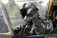 軍隊の飛行機パイロットは機械式時計を利用してますか? フォルティスフリーガークロノグラフを所有してます。NATO全般を含め60ヵ国に納品しているとあります。さて機械式時計の良い宣伝に はなりますが、リアルに戦闘機パイロットが本当に機械式時計を選ぶものでしょうか?多くの兵隊さんの写真で、Gショックをつけていますよね?軍のダイバー、狙撃兵は写真で見れますが、戦闘機パイロットの腕時計の画像は拝見で...