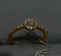 ダイヤモンド ファッションリングについて 以下のデザインのリングを購入検討中です。 今、30半ばなのですが、このデザインは何歳くらいまで有りでしょうか?  因みにファッションリングでは珍しい3EXで輝きはとても良いです。中央宝石のソーティング?がついてます。 0.2カラット(メレダイヤと合わせて0.4以上) k18です。
