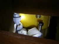 <<ユニットバスの給水管接続工事について>> 先日、築25年住宅のユニットバスのシャワー水栓(デッキタイプ)の交換を苦労してなんとか終えました。 通常、水栓を交換する際は、ユニットバス内下部の点検口を開けて、既存のシャワーを外すと思うのですが、当初の施工が悪かったのか、写真の通り(この写真はお風呂の後ろ側の壁を開けた(壊した)ところです)、冷水側が鉄管とユニオン管で、がっちり水栓に固定され...