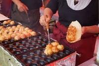 祭りの屋台でたこ焼き、イカ焼き、お好み焼き、リンゴ飴、綿あめ、ベビーカステラなどを食べるのが好きな人は、埃、唾、汗等を全く気にしないのですか?