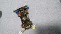 このミニ四駆をもっと速くしてみたいのです。不思議とみんなよりも遅いのですが。 モーターはマッハダッシュモーターPRO、 モーター慣らしは1.2Vのネオチャンプで慣らしています。(電池切れるまで) ギヤは超速ギ...