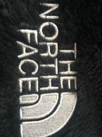 先日、メルカリでノースフェイスのアンタークティカバーサロフトジャケットを購入しました。正規店では全て完売のためメルカリで購入したのですが、届いた商品のノースフェイスの文字の刺繍が少し雑なように感じ...
