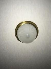 この照明の取り外し方を教えてください。 玄関の照明ですが、外し方がわからず電球の交換ができません。 よろしくお願いします。