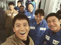 韓国の囚人服は、どうして青色と茶色で色が別れているのですか?? 青色はどういう意味ですか?? 茶色はどういう意味ですか??