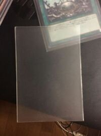 カードスリーブについての質問です。 こんな風に遊戯王の公式プロテクターにギッチリと被せられて、表がザラザラしてて写真みたいな質感になってて裏がツルツルしてるスリーブの商品名がどなたかわかりませんか?