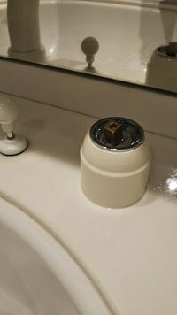 洗面所の蛇口から水がポタポタ止まらなくなったため、自分でカートリッジの交換をしようと思います。 KVKのkf568ctkという製品ですが、蛇口についているプラスチックのカバーが固くてびくとも しません。このカ...