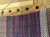 クローバー咲きおりで上手く織るコツについて  既に10作品ほど作ったのですが、未だに改善できなくて困っていることがありまして、添付画像のように布幅が狭くなってしまうことです。  ちな みに画像のものは50羽で 最初は35cmでしたが、今は34.2です。 大体35cm以上だと1cmぐらいは縮まるのが普通という認識で織ってます。   普通は35cmなら最後まで35なんですよね?...