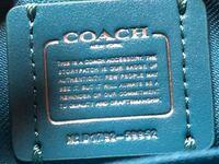 コーチ アウトレット品で質問です。 コーチのアウトレットショップで売られているものは全てアウトレット用の品物と思って間違いないですか?  こちらのバッグを購入したのですが、 Nのとなりに小さい◎のようなも...