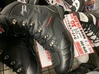 バイクサーキットの走行時のブーツについて、 サーキット走行を視野に入れてシンプソンのSPB-201の購入を検討しています。 近くのサーキットの服装の要件に革ブーツ長めでしっかりホールドさ れたもの。と示さ...
