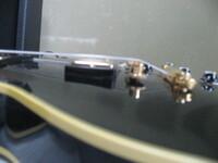 ギブソンレスポールカスタムのPUがエスカッションから、かなり飛び出るのは完成度が低いのでしょうか? ギターは、2004年製ヒスコレ57です。 当方が持ってる90年代68は、エスカッションからPUが少...