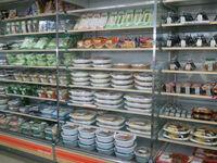コンビニやスーパーとかで弁当や惣菜を買う時、 手前の商品から取る???  それか奥や下の方から取る???