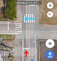 信号の無い横断歩道での一時停止についてお伺いします。 写真のような交差点で赤矢印方向から左折するのですが、交差点の向こう側にある横断歩道を渡っている歩行者(青矢印)がいる場合、左折して歩行者の通行を妨...