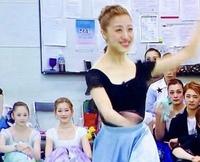 宝塚歌劇団にお詳しい方、 この写真の左側に写っている 体育座りをした パープルの衣装の方と グリーンの衣装の方は なんというお名前の方ですか? 教えてください!