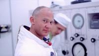 【改めて、真摯な姿勢で、質問を投稿させていただきます】    ドキュメンタリー映画『APOLLO 11(原題)』について質問させていただきます。 今年(2019年)の7月20日で、アメリカ航空宇宙局(NASA)のアポロ計画によって打ち上げられた宇宙船アポロ11号が月面に着陸し、人類(ニール・アームストロング船長とバズ・オルドリン飛行士の2名)が初めて月面(地球以外の天体)に降り立って...